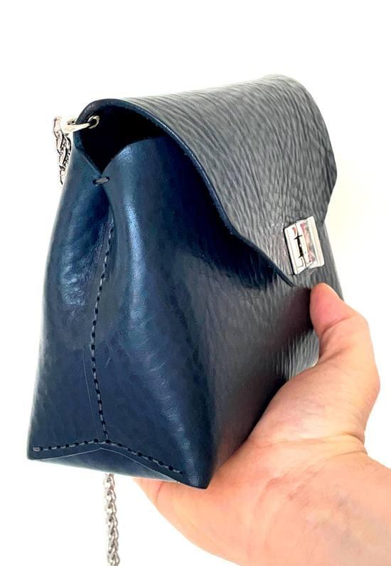 kabelka z boku
