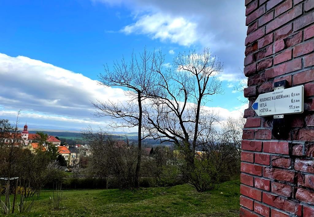 Rozcestník na rozhledně ukazující směr Roudnice nad Labem, Výstup na nejníže položenou rozhlednu