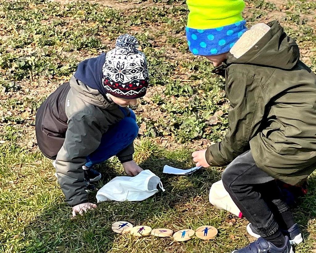 děti hrají hru