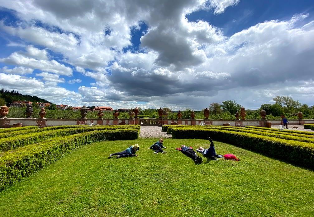 Trojský zámek odpočinek na trávě