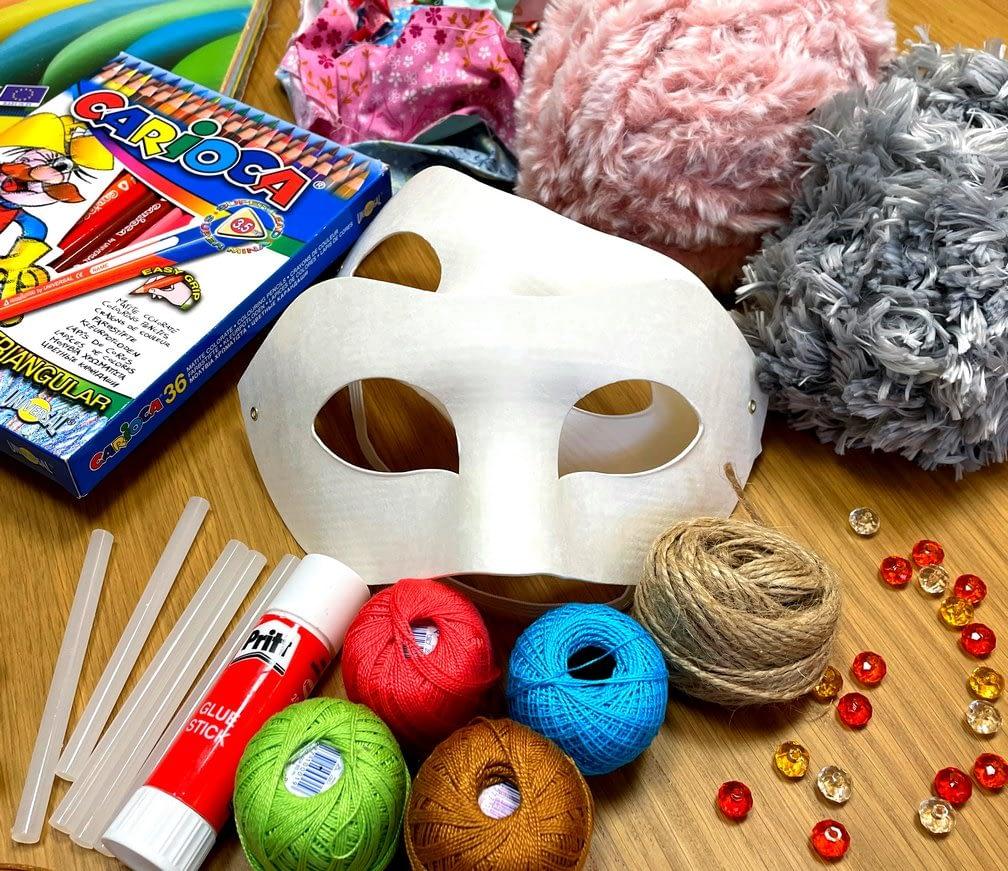 Polotovar na masky, pastelky, chlupatá příze, korálky, flitry, bavlnky, provázek, lepidlo, barevné papíry, zbytky látek.