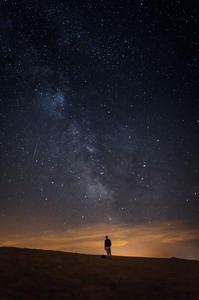 Alex se dívá na nádherné noční nebe plné hvězd, apokalypsa očkování nákaza