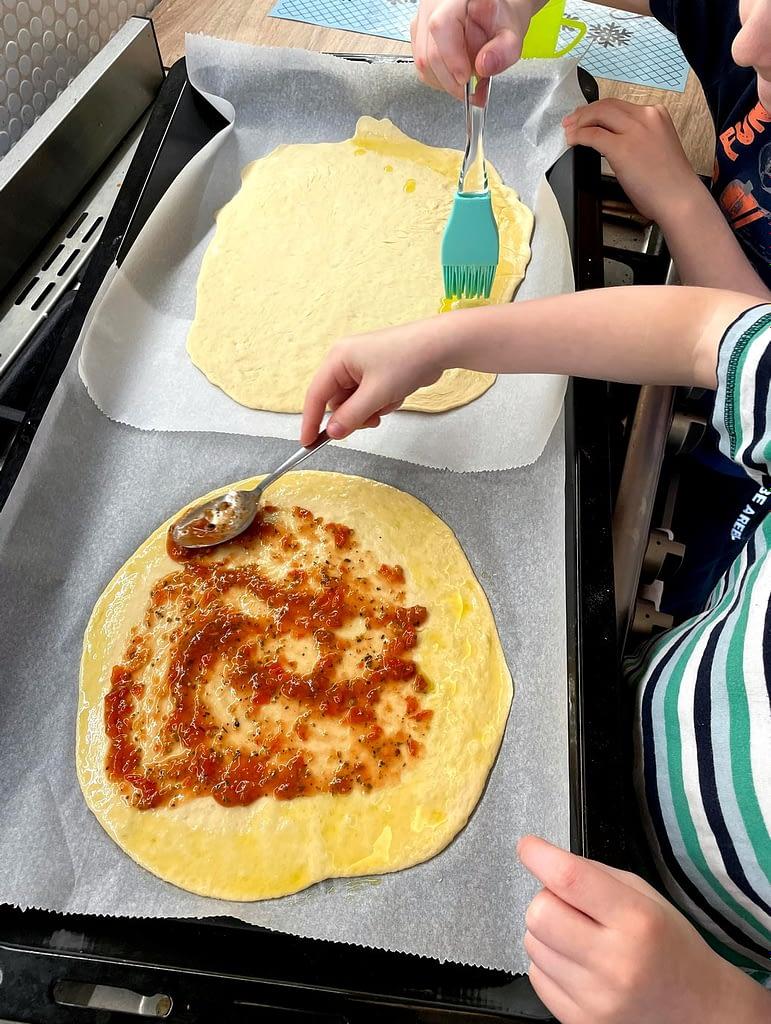potírání těsta na pizzu olivovým olejem a omáčkou, Znudění a máme chuť na pizzu