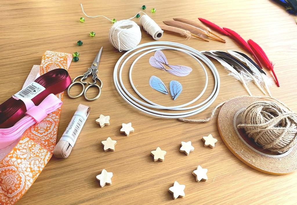 Materiál pro výrobu - stužky, kovový kruh, provázek, korálky, pírka
