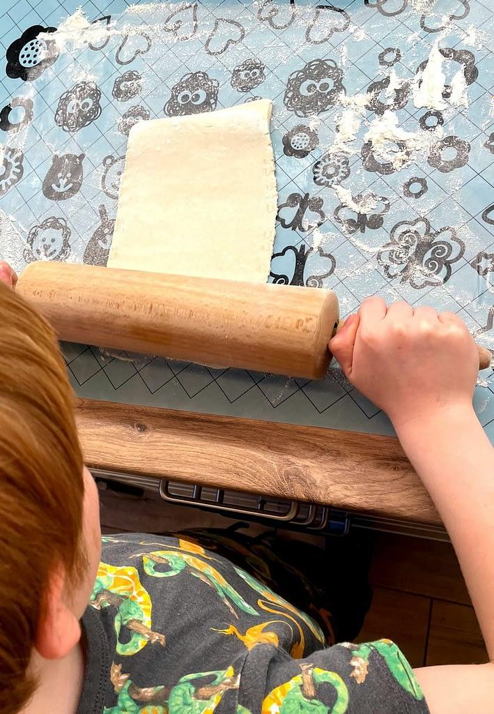 děti válí listové těsto, Listové rohlíky pečené s dětmi - rychlé
