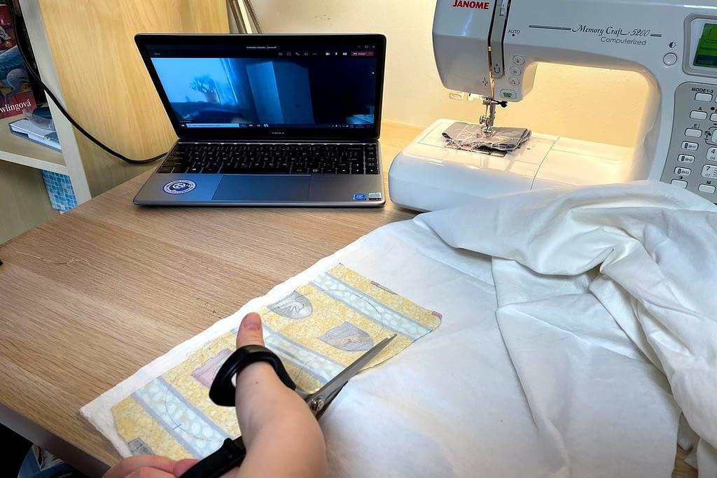 šicí stroj, notebook, online kroužek šití, nůžky, látka, Kroužek šití OTEVŘEN! Uvidíme se ONLINE.