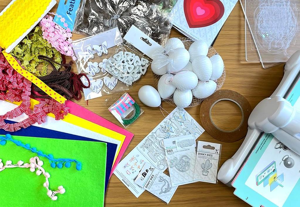 velikonoční tvoření, materiál - plastová vajíčka, stužky, dřevěné výřezy, oboustranná páska, Suplujeme - děláme domácí velikonoční výzdobu