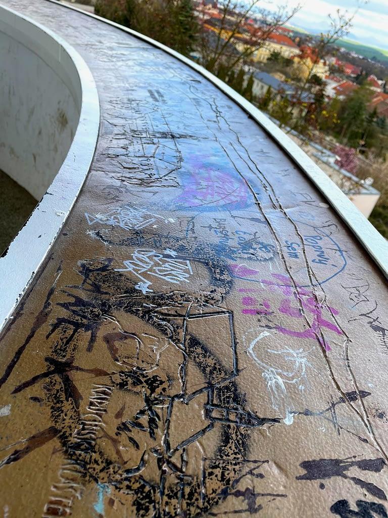 vandaly poškozená rytina výhledu na zábradlí v rozhledně, Výstup na nejníže položenou rozhlednu