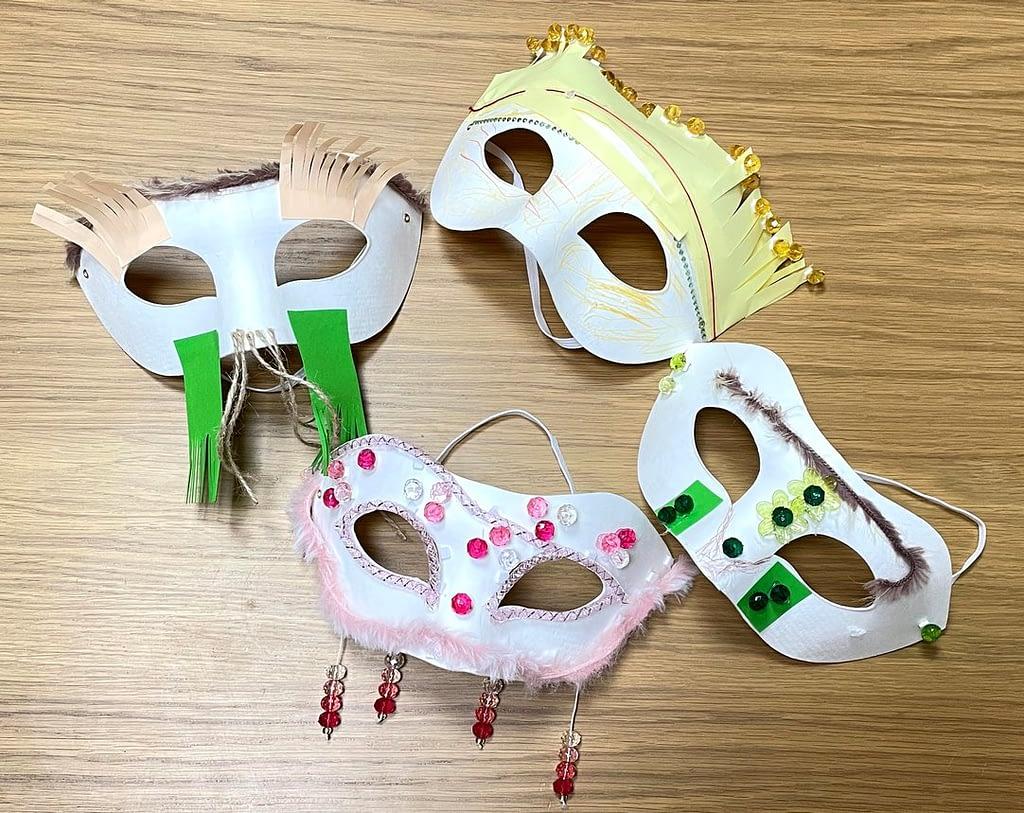čtyři masky vyrobené dětmi