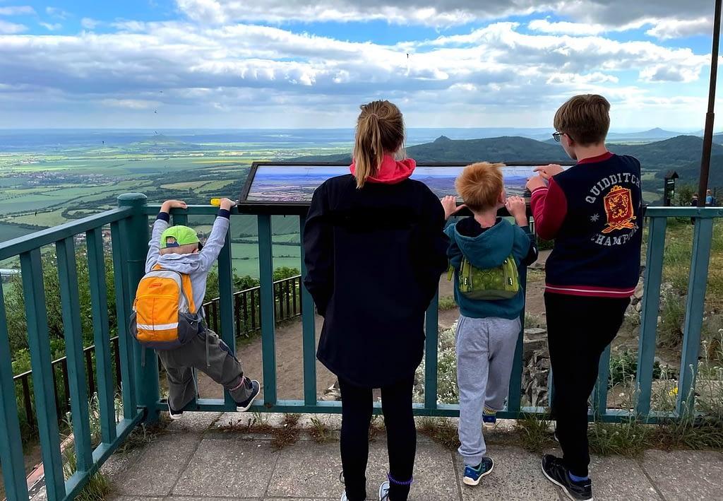 Děti a výhled z kopce Lovoš