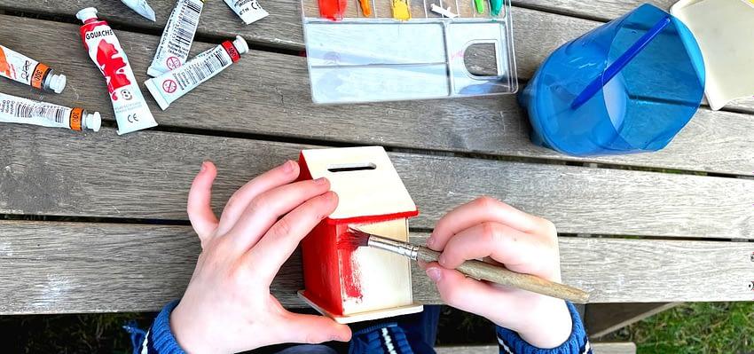 Malujeme barvami na dřevěný polotovar kasičky
