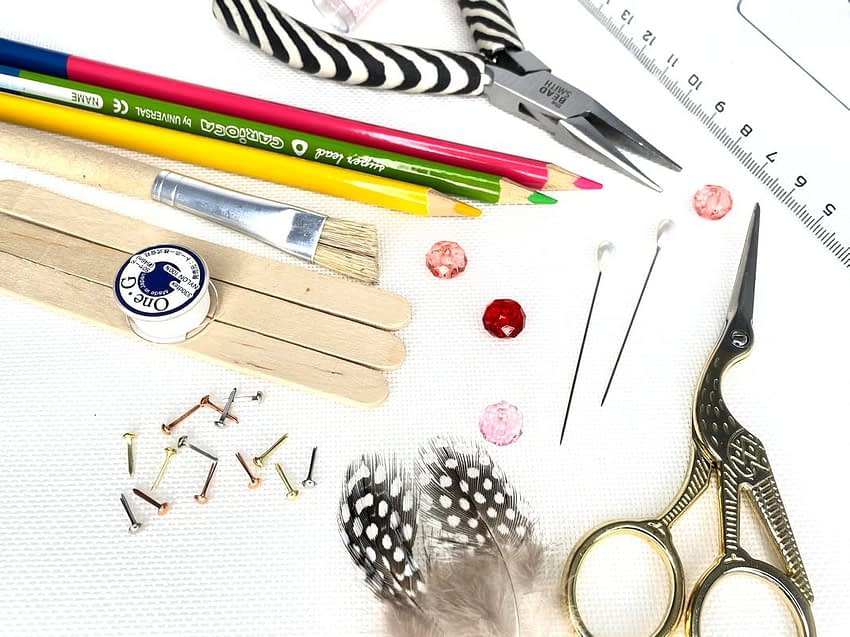 Kreativní potřeby - nůžky, pastelky, kleště, špendlíky, nitě, pírka, korálky, štětec, pravítko