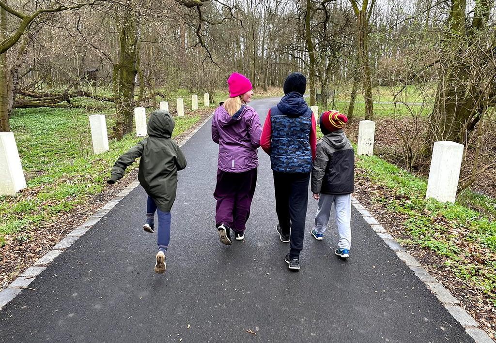 Dobříňský háj, Procházka v dešti lesem není nuda, děti vycházející z Dobříňského háje