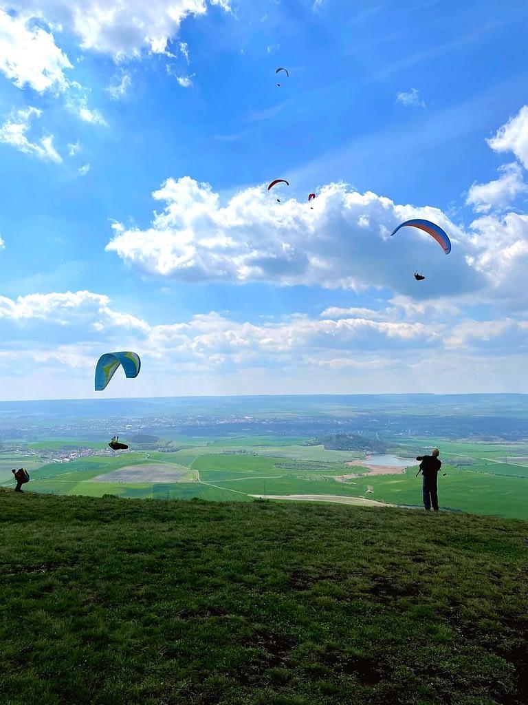 paraglidisté na Oblíku
